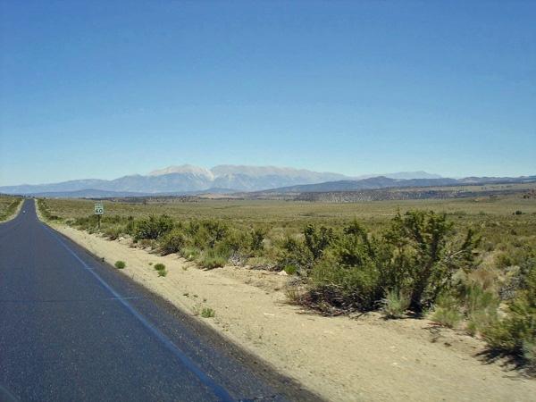 Bild vom US Hwy 6 in Nevada mit einer Bergkette im Hintergrund