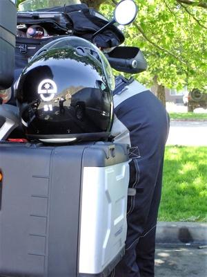 Bild von einer Motorradfahrerin über ihre Maschine gebeugt auf der Utah State Route 24 bei einer Pause