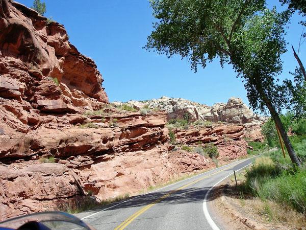 Bild der Utah State Route12 mit roten Sandsteinfelsen und Kurven