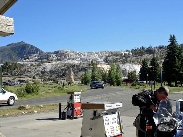 einer Tankstelle im Yellowstone National Park WY mit einem Motorradfahrer, der seine BMW R 1200 GS betankt