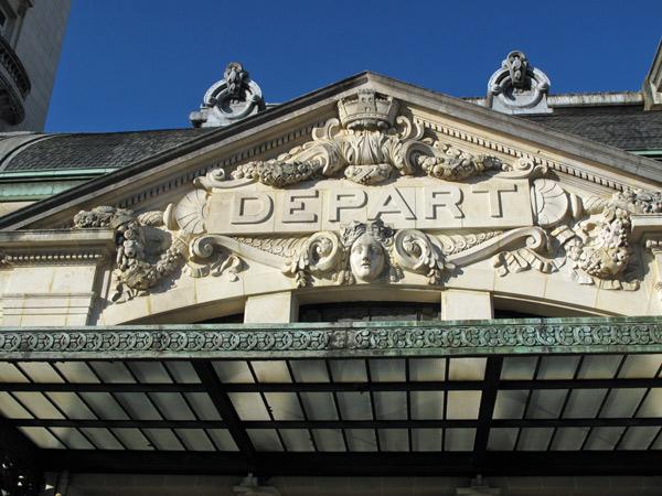 Überdachter Eingang mit der in Stein gehauenen Aufschrift Départ am Bahnhof von Limoges in Frankreich