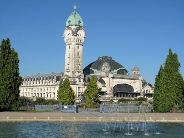 Hauptbahnhof von Limoges mit Kuppel über der Eingangshalle und einem Uhrenturm