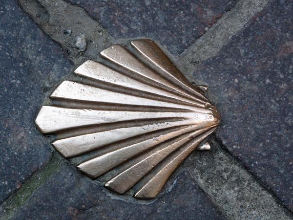 Jakobsmuschel in Limoges als Wegzeichen für Pilger, gesehen auf einer Motorradtour durch Frankreich an den Atlantik