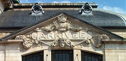 Torbogen des Bahnhofs von Limoges in Frankreich mit der Überschrift Arrivée