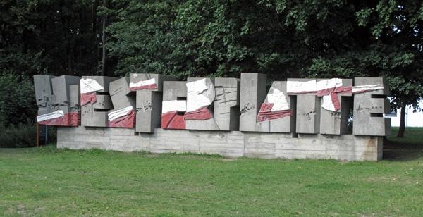Schriftzug Westerplatte in Danzig, ausgeführt in Buchstaben aus Beton