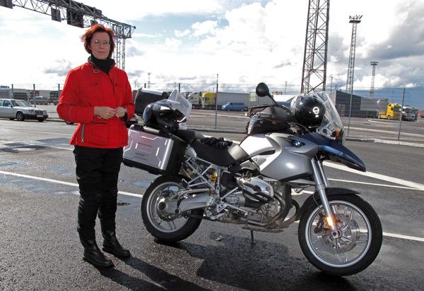 Rothaarige Motorradfahrerin im Fährhafen von Helsinki mit einer BMW R 1200 GS