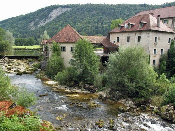 Flußlandschaft mit Mühle im Französischen Jura bei Pontarlier