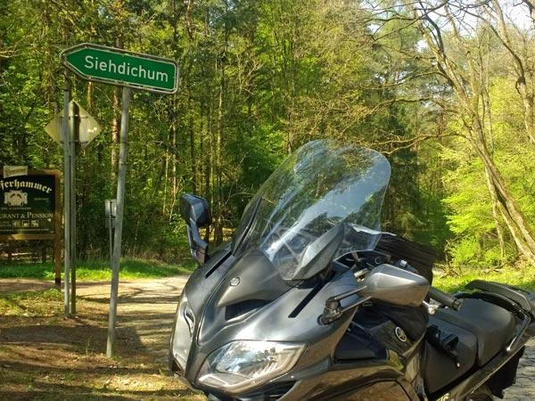 Siehdichum in der Niederlausitzgweiser nach Siehdichum in der Niederlausitz mit einem Motorrad Yamaha FJR 1300