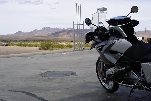 Motorrad BMW R 1200 GS mit Tankrucksack an einer Tankstelle in Arizona
