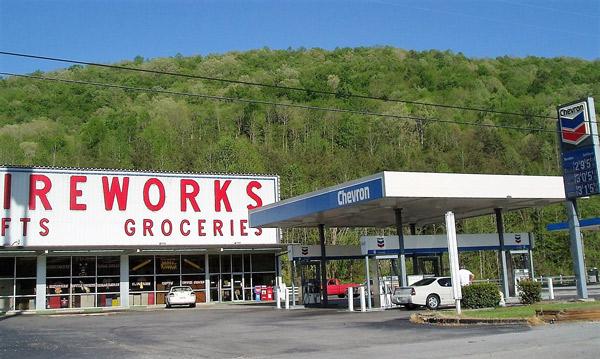 Tankstelle in Georgia mit Verkauf von Feuerwerkskörpern