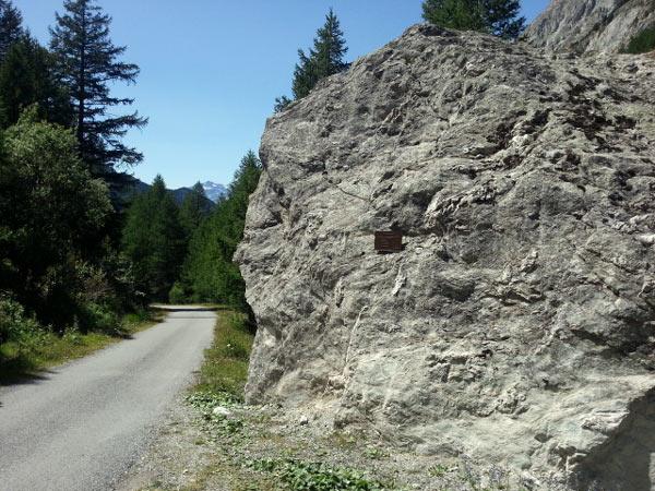 Gedenktafel für abgestürzte deutsche Flieger oberhalb von Bramans, Dept. Savoie (Frankreich) mit Bergsträßchen, besucht bei einer Motorradtour zum Croix de Fer und Galibier