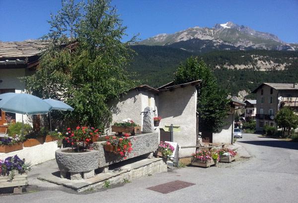 Dorfbrunnen von Bramans (Dept. Savoie, Frankreich), gesehen bei einer Motorradtour zum Croix de Fer und Galibier