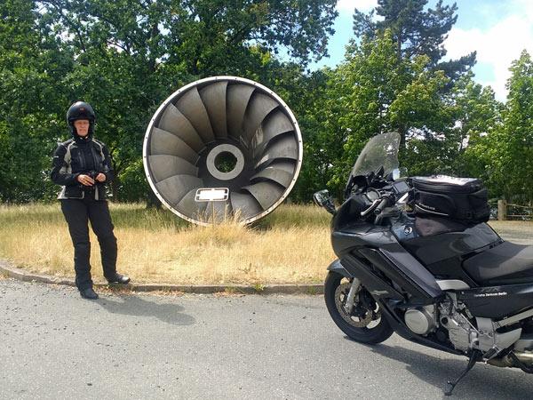 Alte Turbine der Bleilochtalsperre in Thüringen mit Motorrad und Fahrerin, besucht bei einer Motorradtour durch den Thüringer Wald