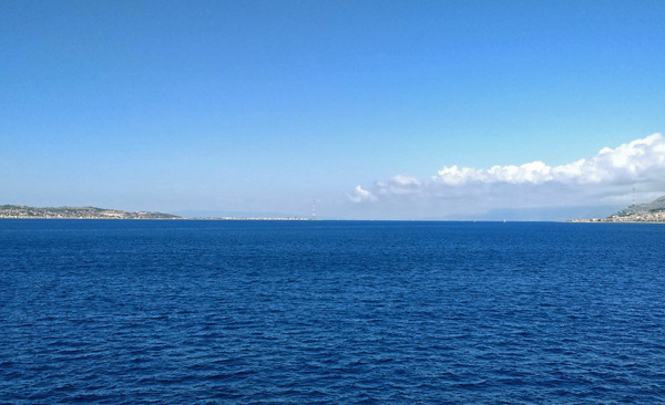 Straße von Messina mit Sizilien links und Kalabrien rechts