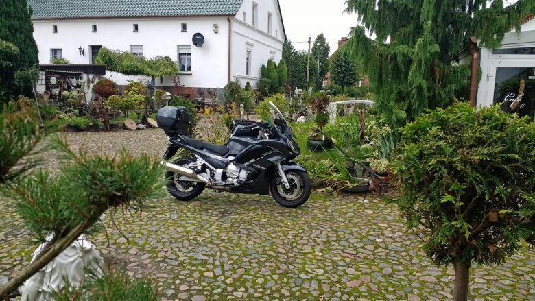 Motorrad Yamaha FJR 1300 bei einer Kaffeepause in einer Gärtnerei bei einer Motorradtour Westhavelland