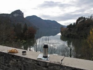 Bild von einem Picknick in den Gorges de l'Ain in Frankreich als Beispiel für die besten Picknickplätze für Motorradfahrer