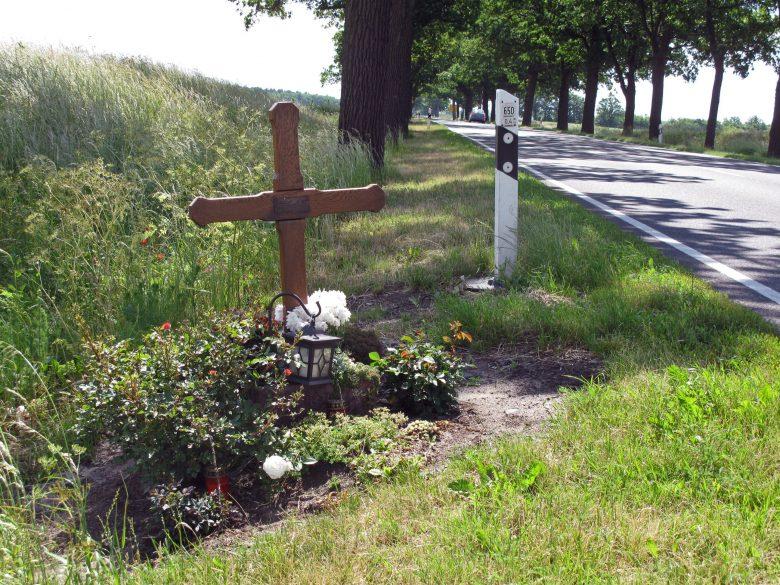 wildunfall mit dem motorrad ist ein grosses risiko: Gedenkkreuz am Straßenrand für ein Opfer des Strassenverkehrs