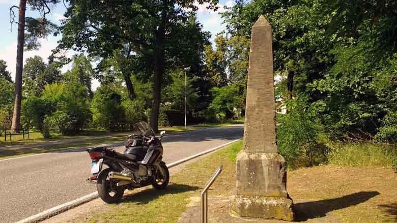 Postmeilenstein bei Motzen, Lkr. Oder-Spree, Brandenburg, gesehen auf einer Motorradtour Dahme Heideseen