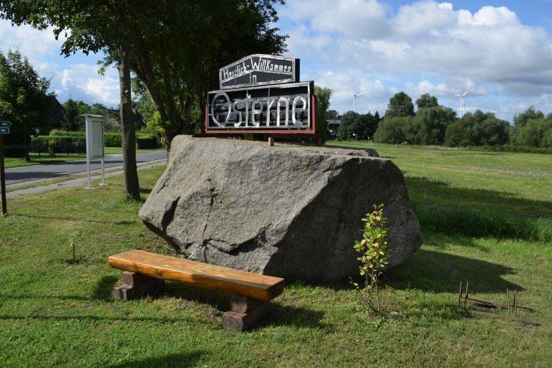 Megalith mit angeketteter Holzbank in Osterne, gesehen auf einer Motorradtour durch die Uckermark
