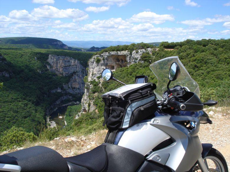 Motorrad BMW R 1200 GS an einem Aussichtspunkt über den Gorges de l'Ardèchee Frankreich