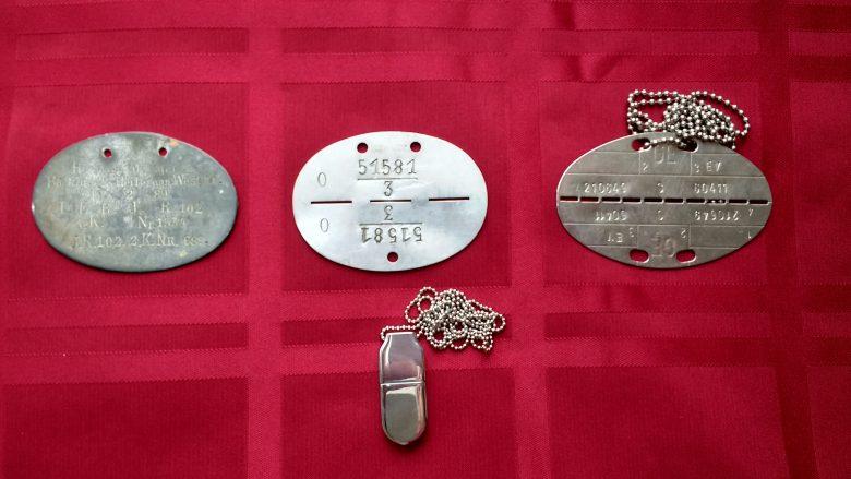 Drei deutsche Blech-Erkennungsmarken von Kaiserlichem Heer, Wehrmacht und Bundeswehr und ein USB-Stick für Datenspeicherung. Letzterer hann den Rettungskräften helfen, wenn man nach einem Unfall leblos Landstrasse liegt.