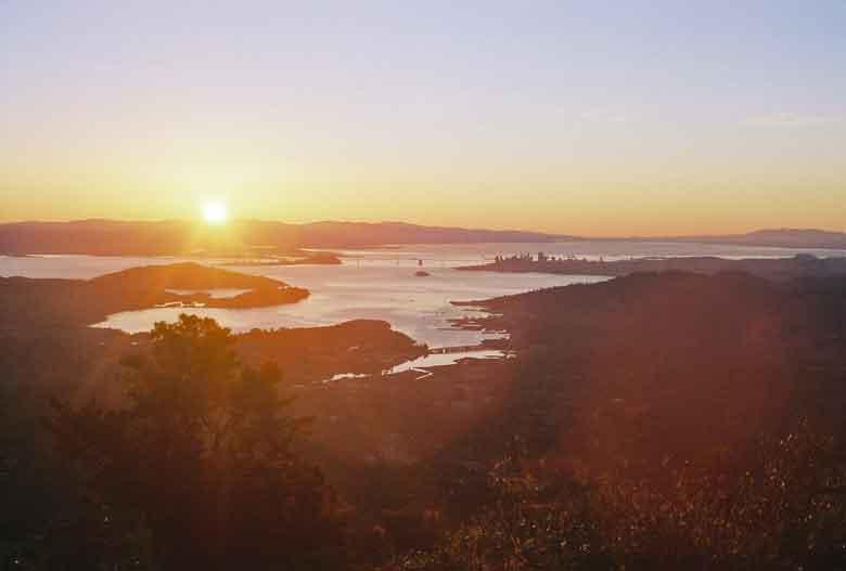 Blick vom Gipfel des Mt. Tam über die San Francisco Bay bei einer Motorradtour auf den Mt. Tamalpais in Kalifornien bei Sonnenaufgang