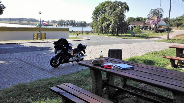 Einer der abgelegenen Picknickplätze: Motorrad Yamaha FJR 1300 an einem Picknicktisch an der Oderfähre bei Güstebiese (Gozdowice)