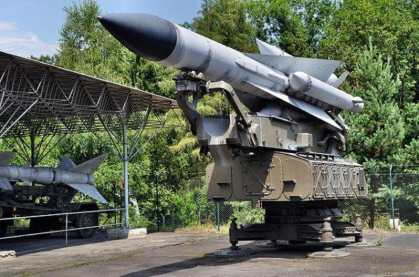 Sowjetische Flugabwehrrakete vom Typ SS-200 / SA-5 GAMMON auf einer Abschusslafette