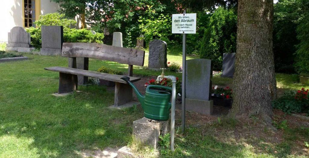 Bild von der Helmvisierreinigung unterwegs an einer Wasserzapfstelle auf einem Friedhof