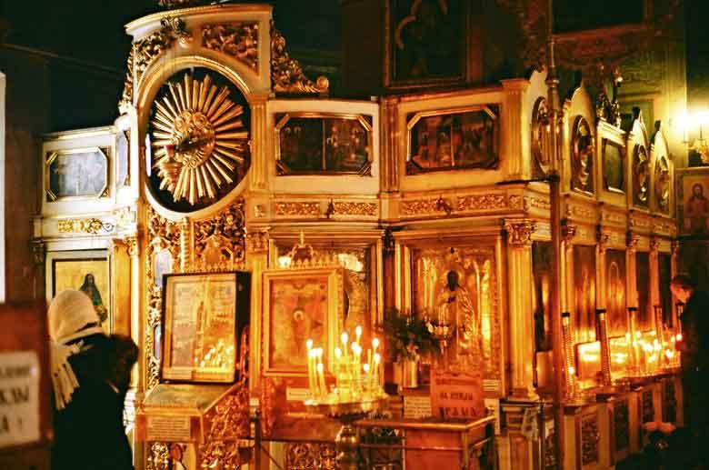 Inneres einer orthodoxen Kirche mit Ikonen und brennenden Kerzen, besucht bei einer herbstlichen Motorradtour in Russland