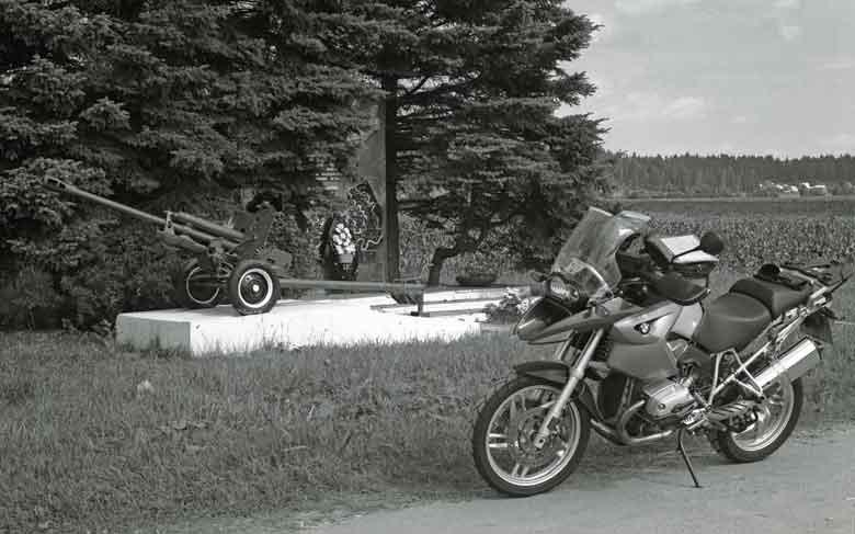 """Kanone SiS-3 """"Ratsch Bumm"""" im Moskauer Gebiet mit BMW R 1200 GS im Vordergrund"""