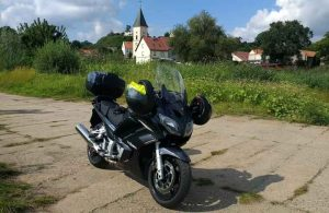 Fontane-Motorradtouren duch Brandenburg: Motorrad am Oderufer in Lebus