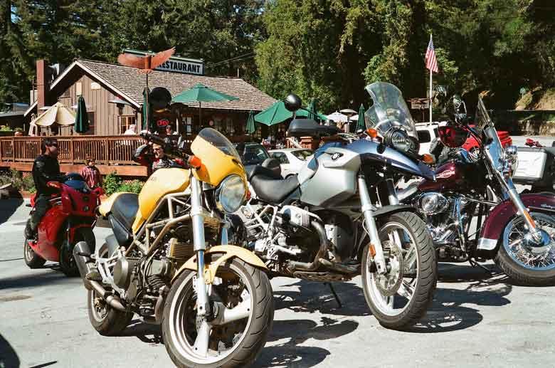 BMW R 1200 GS und gelbe Ducati Monster 750 auf dem Parkplatz von Alice's Restaurant in Woodside, CA bei einer Skyline Boulevard Motorradtour in Kalifornien