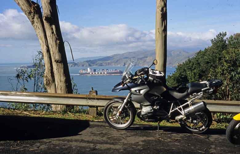 BMW R 1200 GD mit Aussicht auf das Meer vom Camino del Mar in San Francisco, CA bei einer Skyline Boulevard Motorradtour in Kalifornien