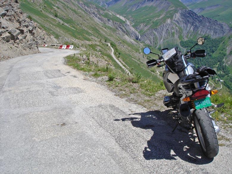 Talfahrt mit einer BMW R 1200 GS bei einer Motorradtour zur Alpe d'Huez in den französischen Westalpen