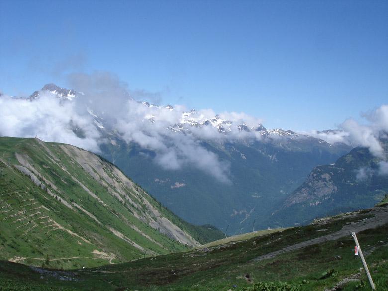 Alpe d'Huez mit wolkenverhangenem Gebirgspanorama