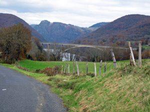 Autobahnbrücke über die Gorges de l'Ain mit Bergen, Wiesen und See