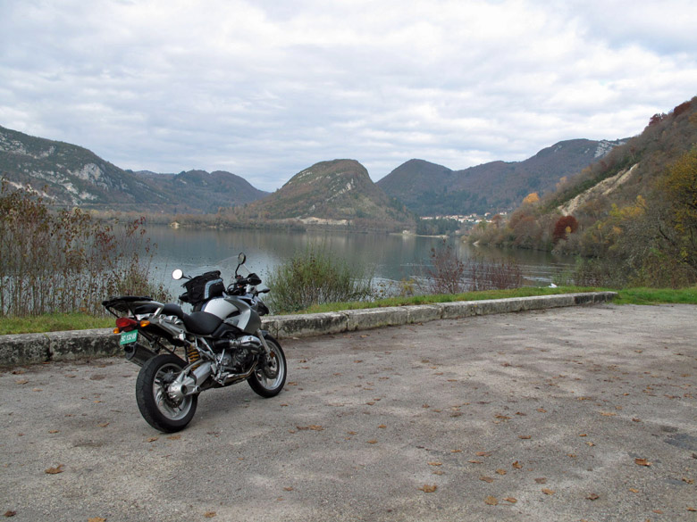BMW R 1200 GS auf einem Parkplatz am See bei einer Motorradtour durch die Gorges de l'Ain