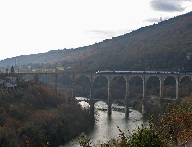 Brücke, auf Motorradtouren: Eisenbahnbruecke bei Bolzon in den Gorges de l'Ain mit TGV bei der Ueberfahrt