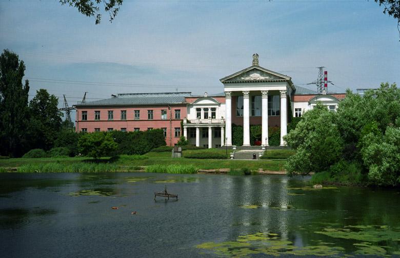 Botanischer Garten in Moskau mit Seerosenteich und Palais Scheremetjew im Hintergrund