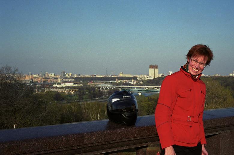 Stadtpanorama von Moskau von den Sperlingsbergen aus mit einer rothaarigen Motorradfahrerin im Vordergrund