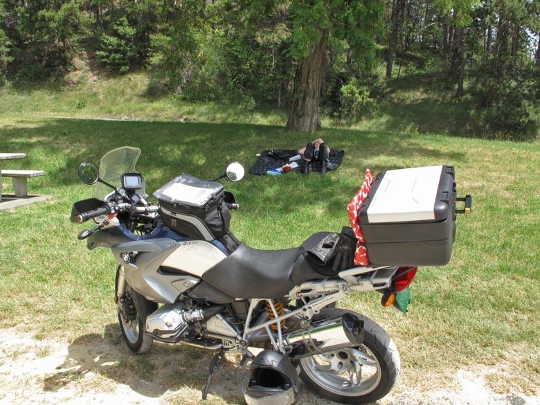 Bepacktes Motorrad BMW R 1200 GS bei einer Rast während einer Motorradtour in die Drôme Provençale