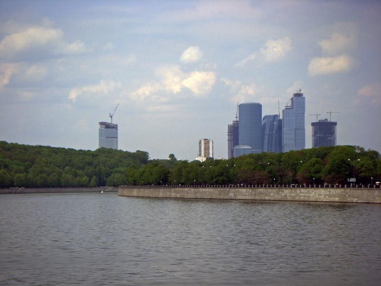 Moscow City im Aufbau, vom Ufer der Moskwa aus gesehen, beim  Motorradtfahren in Moskau und die Provinz