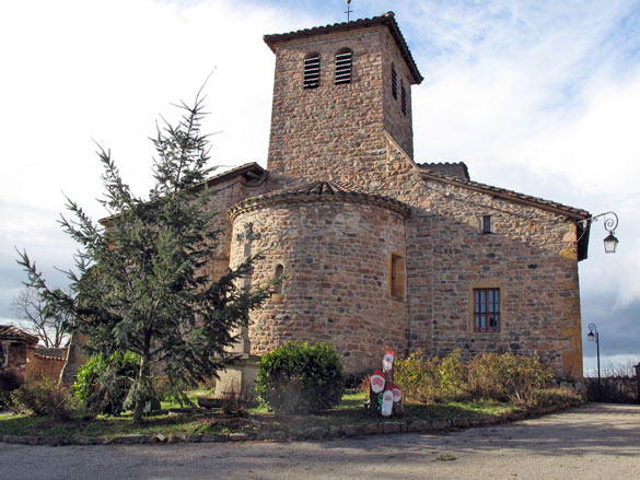 romanische kirche in chambost-allières mit Weihnachtsbaum bei einer wnterlichenn motorradtour im beaujolais
