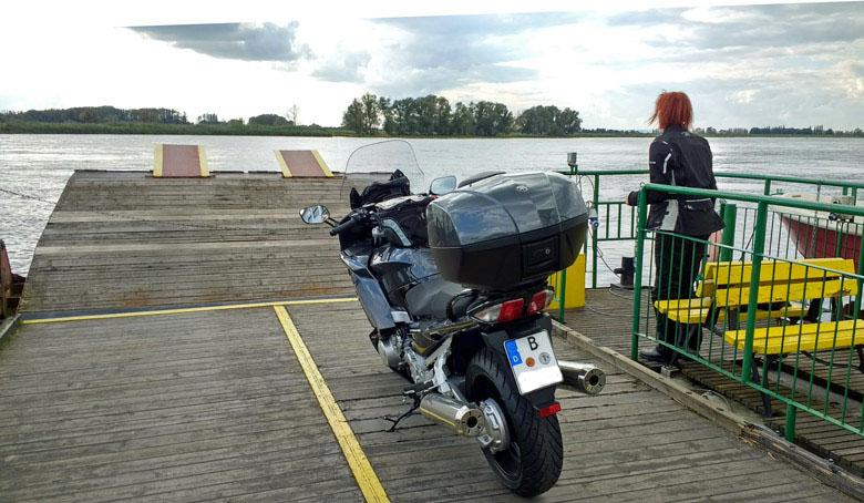 Yamaha FJR 1300 mit einer rothaarigen Motorradfahrerin auf der Oderfähre bei Gozdowice bei einer Motorradtour in die Neumark