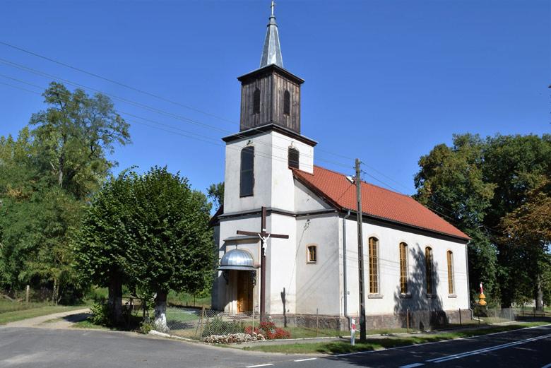 Weiss gestrichene Schinkelsche Normalkirche in Alt Rüdnitz (Stara Rudnica), besucht bei einer Motorradtour in die Neumark
