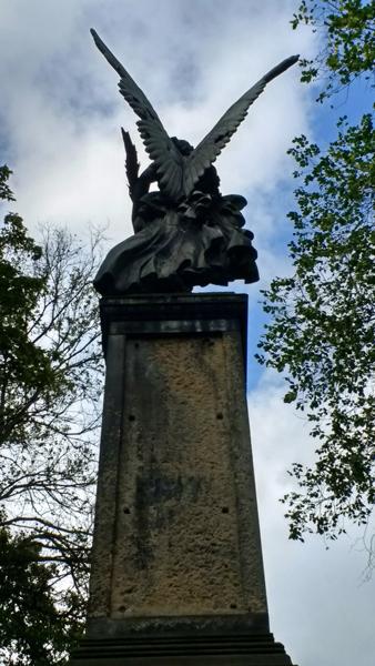 Zerschossenes Viktoria-Denkmal im Park von Schloß Tamsel (Dąbroszyn) in der Neumark