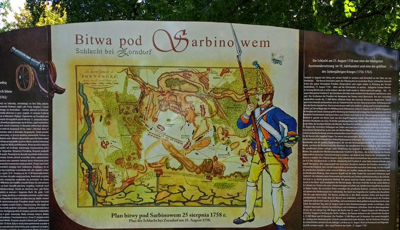 Informationstafel am Denkmal der Schlacht bei Zorndorf (Sarbinowo) im Siebenjährigen Krieg mit einem preussischen Grenadier, gesehen bei einer Motorradtour in die Neumark