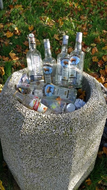 Abfalleimer aus Betonformstein mit leeren Wodkaflaschen in Sarbinowo, gesehen bei einer Motorradtour in die Neumark