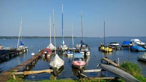 Bild vom Schwielowsee mit Segelbooten an einem sonnigen Herbsttag bei einer Schwielowsee Rundtour